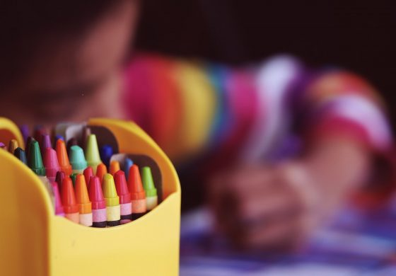 Bättre lön och arbetsvillkor krävs för att få behörig personal till småbarnspedagogiken – inte fler studieplatser